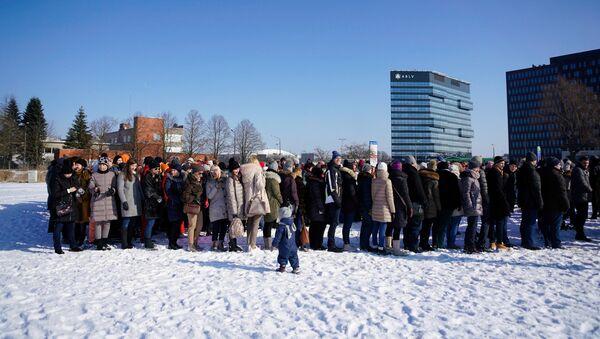 Работники банка ABLV собрались вместе для прощальной фотографии - Sputnik Латвия