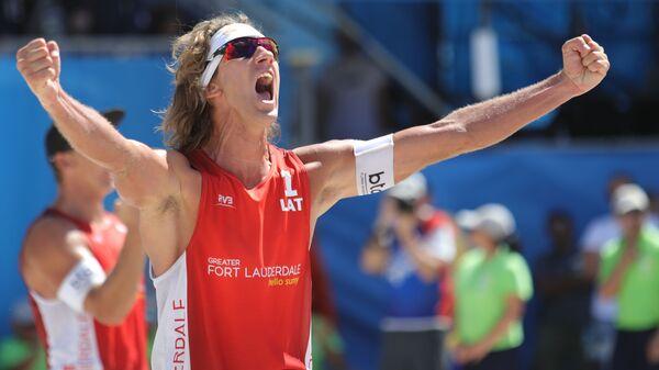 Латвиец Александр Самойлов на этапе мирового тура по пляжному волейболу в США - Sputnik Латвия