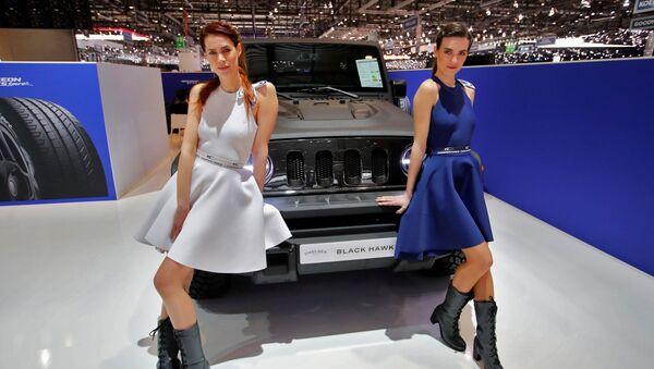 Модели у автомобиля Black Hawk у стенда компании Chelsea Truck Company на автосалоне Geneva International Motor Show 2018 в Женеве, Швейцария - Sputnik Латвия