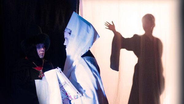 Сцена из спектакля Дитя и корона - Sputnik Латвия