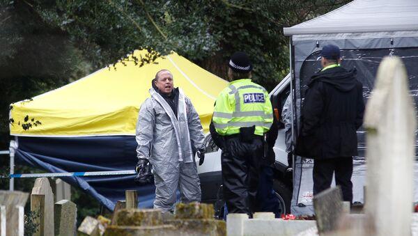 Сотрудник аварийных служб в защитных костюмах работают на London Road Cemetery в Солсбери, Великобритания, 10 марта 2018 г. - Sputnik Latvija