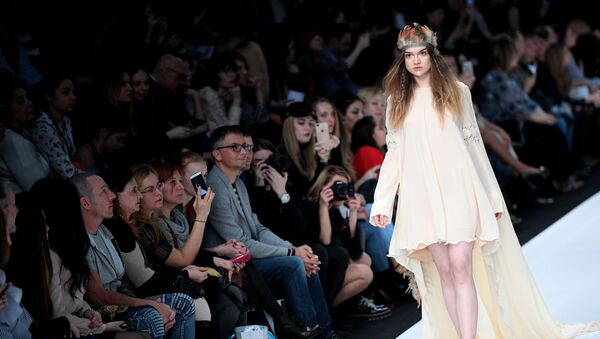 Модель демонстрирует одежду из новой коллекции DI SIITOVA в рамках Mercedes-Benz Fashion Week Russia в Центральном выставочном зале Манеж в Москве - Sputnik Латвия