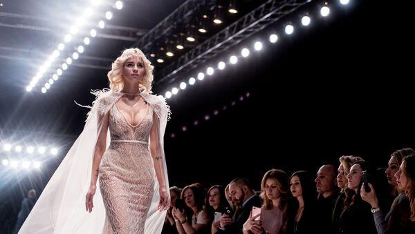 Модель демонстрирует одежду Speranza Couture by Nadezhda Yusupova на показе в рамках Mercedes-Benz Fashion Week Russia в Центральном выставочном зале Манеж в Москве - Sputnik Латвия