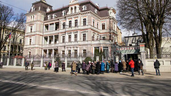 Досрочное голосование на выборах президента РФ в здании посольства России в Латвии - Sputnik Latvija