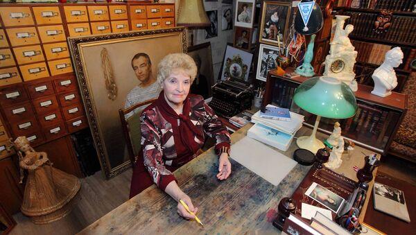 Антонина Ильинична у стола, за которым ее муж написал все свои книги - Sputnik Латвия