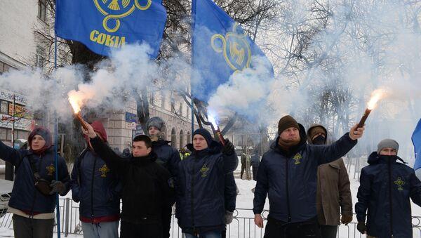 Украинские националисты с фаерами блокируют вход в посольство России в Киеве - Sputnik Латвия