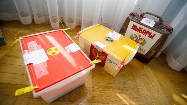 Урны для предварительного голосования на выборах президента РФ - Sputnik Латвия
