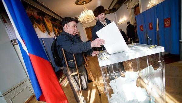 Избиратели голосуют на на выборах президента РФ в посольстве РФ в Риге - Sputnik Латвия