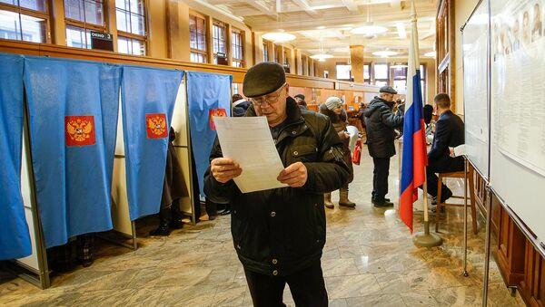 Голосование на выборах президента РФ на избирательном участке в Консульском отделе РФ в Риге - Sputnik Латвия