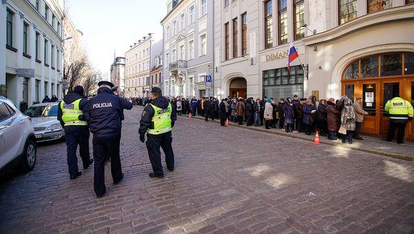 Латвийские полицейские обеспечивают порядок на выборах президента РФ у избирательного участка в Консульском отделе РФ в Риге - Sputnik Латвия