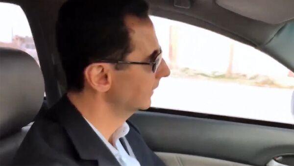 Асад на машине проехал по освобожденным районам Восточной Гуты - Sputnik Латвия