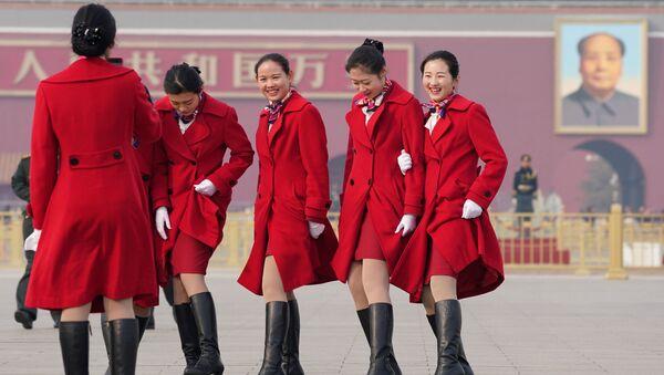 Девушки-хостес Всекитайского собрания народных представителей фотографируются на площади Тяньаньмэнь в Пекине, КНР - Sputnik Латвия