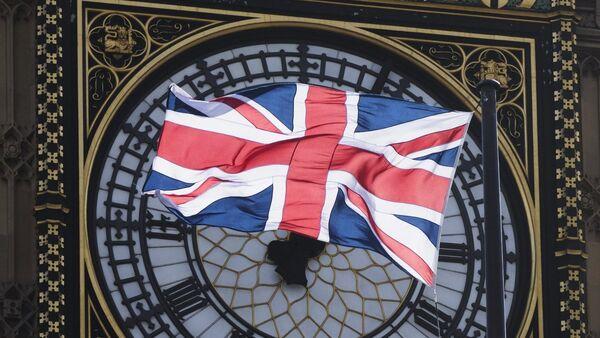 Флаг Великобритании на фоне часов Биг Бен в Лондоне - Sputnik Латвия