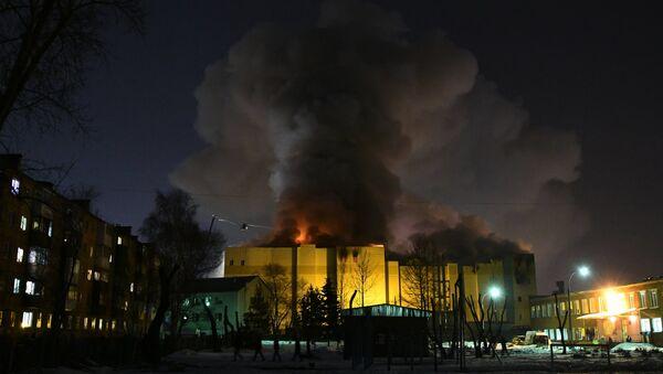 Ugunsgrēks tirdzniecības centrā Zimnaja višņa - Sputnik Latvija