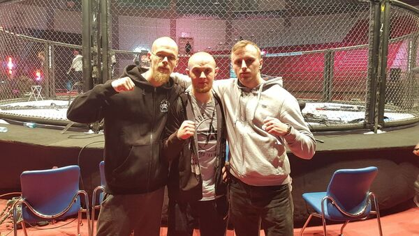 Боец Эдгарс Скриверс (в центре) после шоу АСВ 83 в Баку - Sputnik Латвия