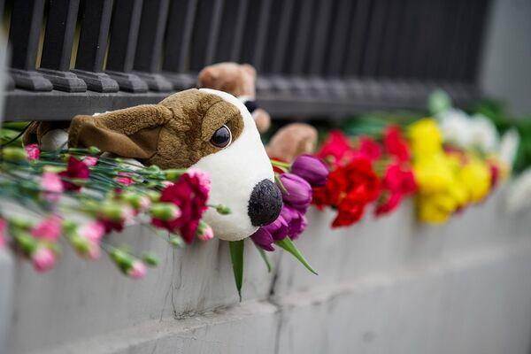 Люди несут цветы к посольству РФ в память о трагедии в Кемерове - Sputnik Латвия