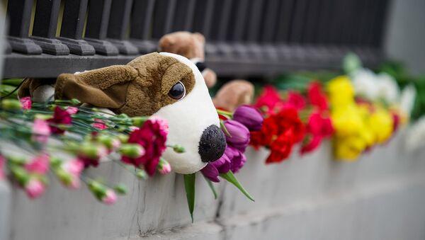 Люди несут цветы к посольству РФ в Риге в память о трагедии в Кемерове - Sputnik Latvija