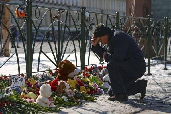 Акции в память о погибших при пожаре в ТЦ Зимняя вишня - Sputnik Латвия