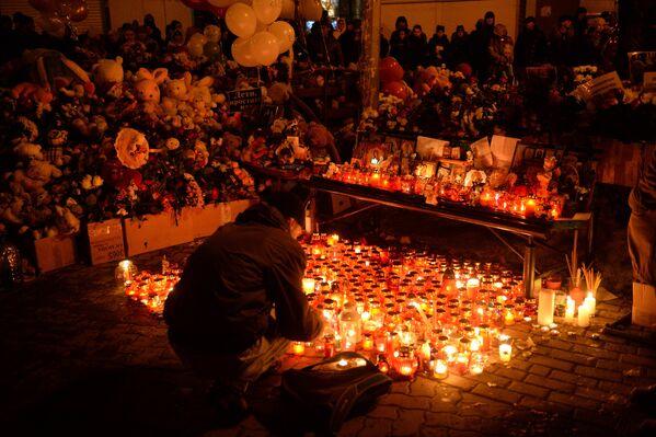 Цветы в память о погибших в ТЦ «Зимняя вишня» - Sputnik Латвия