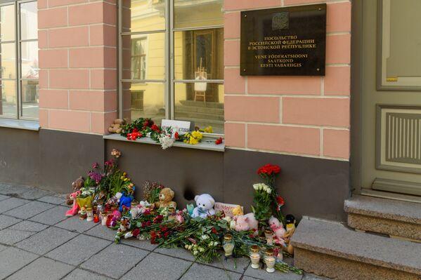 Цветы, свечи и мягкие игрушки у посольства Российской Федерации в Таллинне - Sputnik Латвия