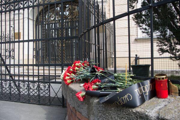 Цветы у посольства России в Будапеште, Венгрия - Sputnik Латвия