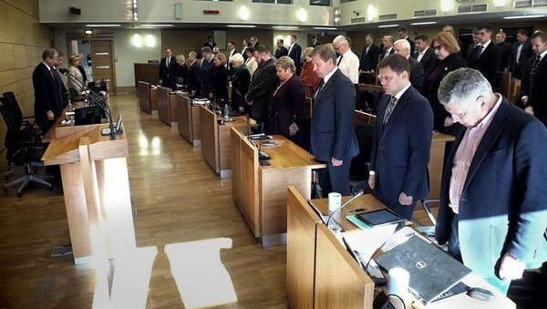 Депутаты Рижской думы почтили память жертв трагедии в Кемерово минутой молчания - Sputnik Латвия