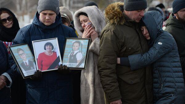 Прощание с погибшими при пожаре в торговом центре в Кемерове - Sputnik Латвия