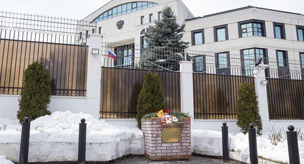 Цветы у Посольства РФ в Кишиневе - Sputnik Латвия