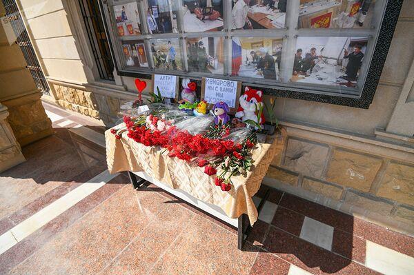Цветы у стен посольства РФ в Азербайджане в память по погибшим в Кемерово - Sputnik Латвия