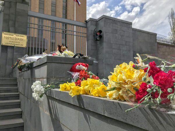 Цветы и игрушки у Посольства РФ в Армении - Sputnik Латвия