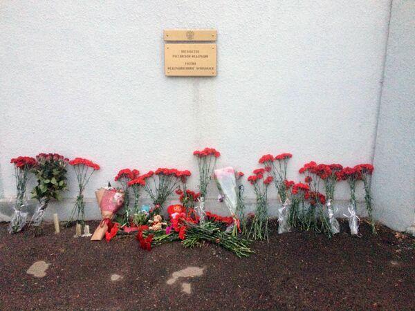 Цветы у посольства России в Узбекистане - Sputnik Латвия