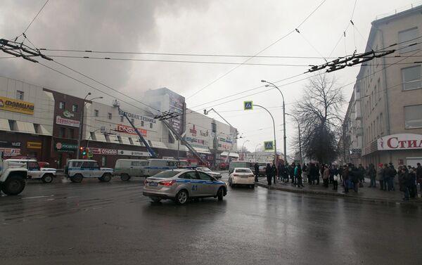 Signālu par piedūmojumu četrstāvu tirdzniecības centrā ugunsdrošības apsardze saņēma svētdien. Uzliesmojuma avots atradās ēkas augšstāvā. - Sputnik Latvija
