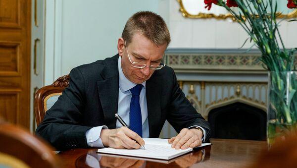 Министр иностранных дел Латвии Эдгарс Ринкевичс делает запись в книге соболезнований - Sputnik Латвия