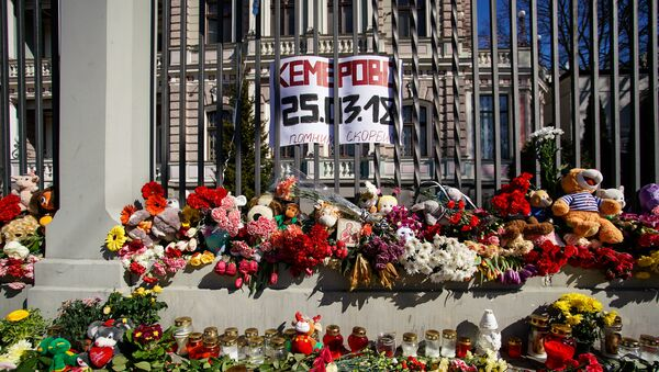 Жители Латвии третий день несут цветы и свечи к посольству России - Sputnik Latvija