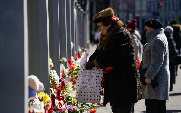Жители Латвии третий день несут цветы и свечи к посольству России - Sputnik Латвия