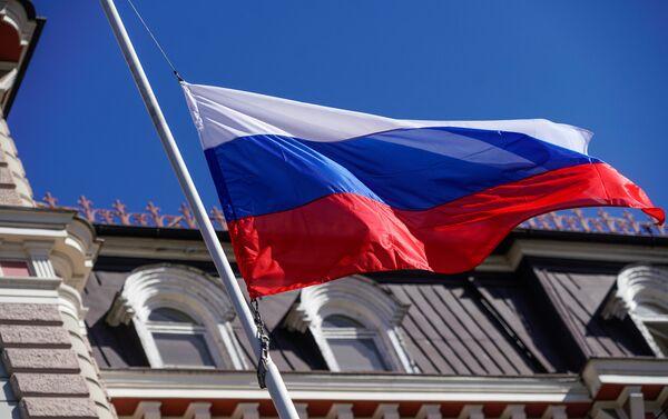 Приспущенный флаг над зданием посольства Российской Федерации в Риге - Sputnik Латвия