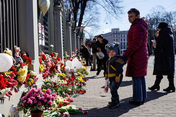 Жители Латвии третий день несут цветы и свечи к посольству России в Латвии - Sputnik Латвия
