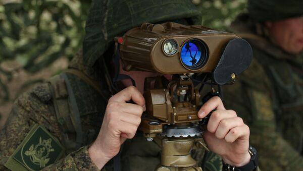 Военнослужащий в командно-наблюдательном пункте на полигоне Железный рог на черноморском побережье Краснодарского края во время учений - Sputnik Латвия