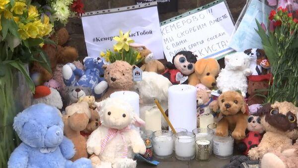 У посольства России в Лондоне люди скорбят по погибшим в Кемерове - Sputnik Латвия