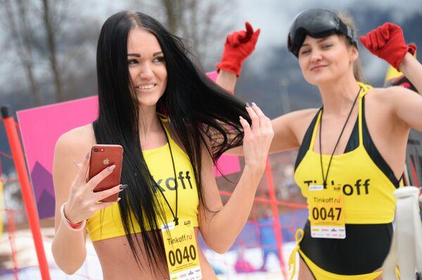 Спуск с горы в купальниках на карнавале BoogelWoogel 2018 в Сочи - Sputnik Латвия