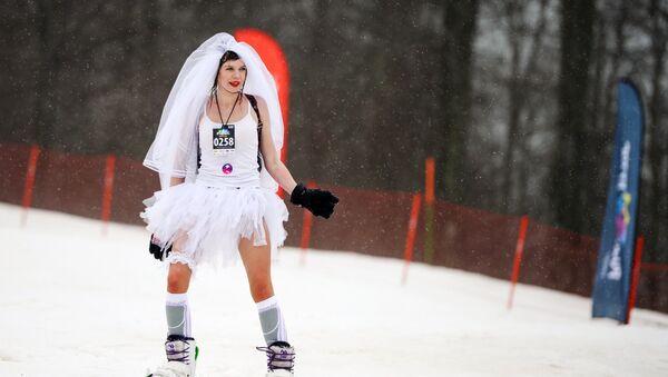 Спуск с горы в карнавальных костюмах на фестивале BoogelWoogel-2018 в Сочи - Sputnik Латвия