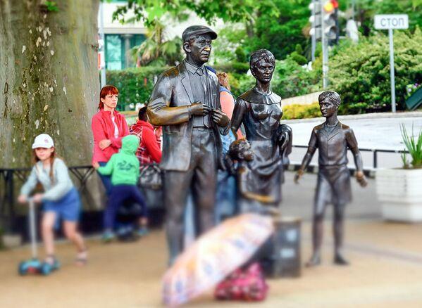 Скульптурная группа персонажей фильма Бриллиантовая рука на одной из улиц Сочи - Sputnik Латвия