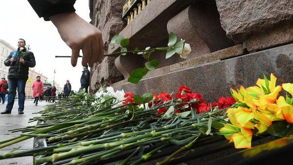 Акции памяти погибших в теракте в метро Санкт-Петербурга 3 апреля 2017 года - Sputnik Латвия