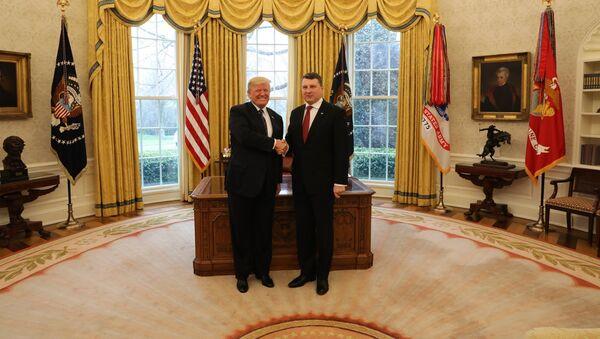 Президент Латвии Раймондс Вейонис с президентом США Дональдом Трампом в Вашингтоне - Sputnik Латвия