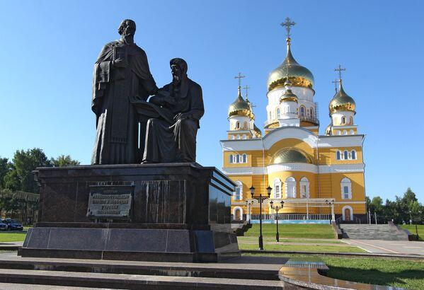 Памятник святым Кириллу и Мефодию в Саранске - Sputnik Латвия