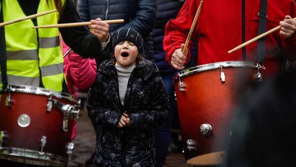 Марш рассерженных родителей в Риге в знак протеста против реформы в русских школах - Sputnik Латвия