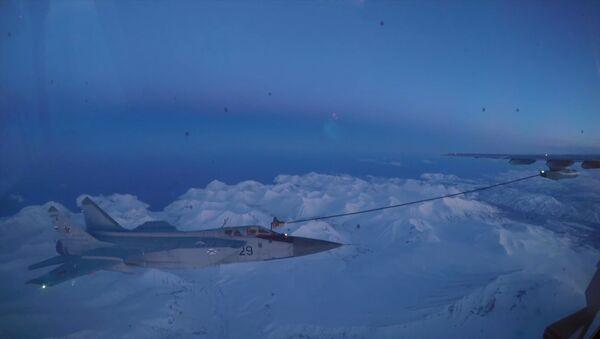Ночная дозаправка истребителей-перехватчиков МИГ-31 в небе над Камчаткой - Sputnik Латвия