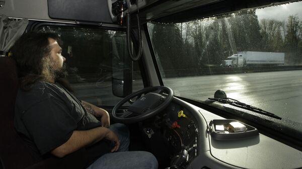 Водитель в кабине грузовика - Sputnik Latvija