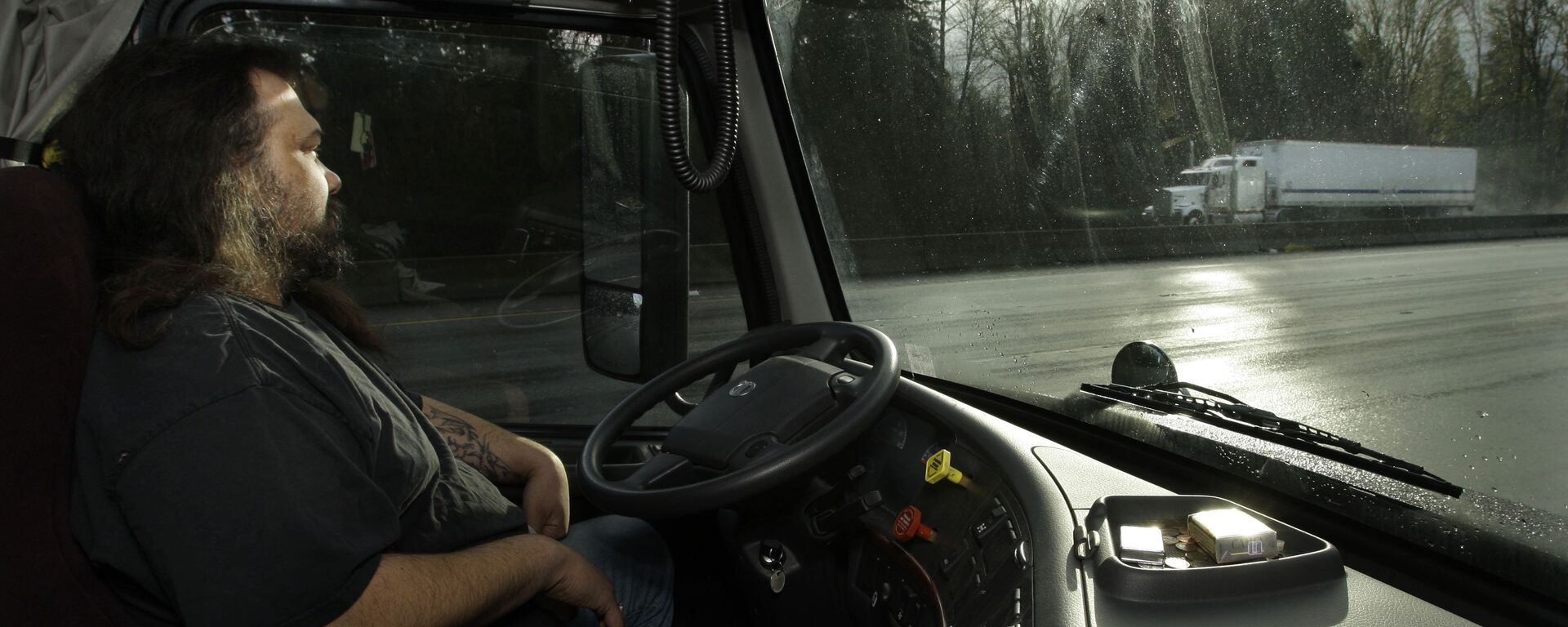 Водитель в кабине грузовика - Sputnik Латвия, 1920, 24.07.2020