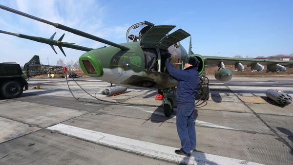 Подготовка штурмовика Су-25 к взлету на соревнованиях военных летчиков Авиадартс-2018 в Приморье - Sputnik Латвия